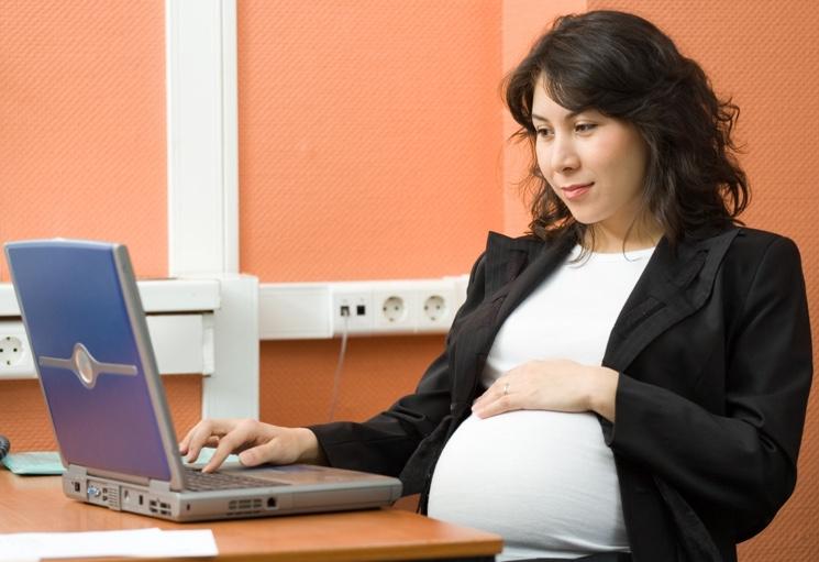 Больничный по беременности и родам - кто выдает, сроки, выплаты