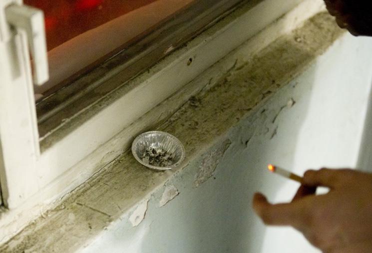 Как бороться с курильщиками в многоквартирных домах?