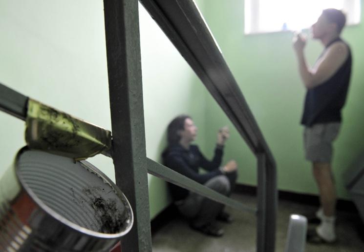 Как бороться с курильщиками на лестничных площадках домов?