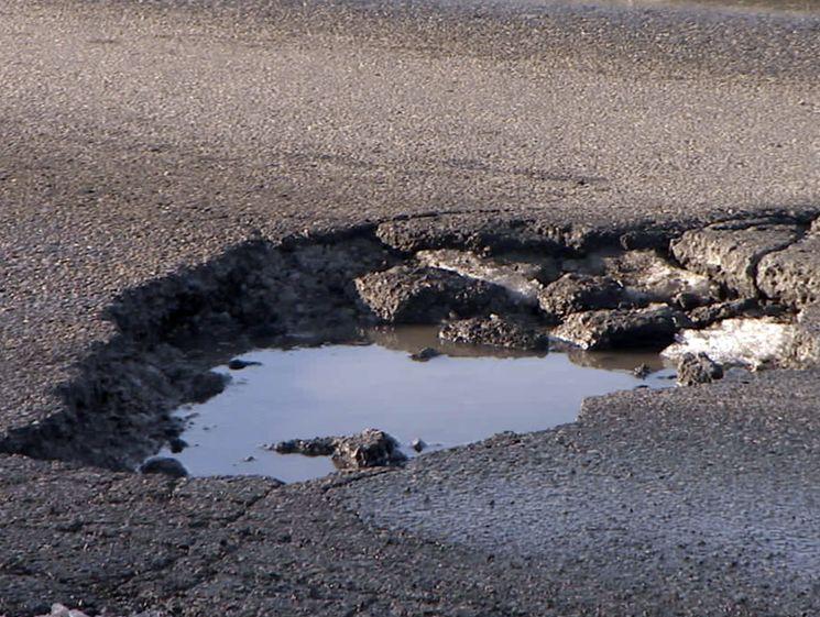Как возместить ущерб в случае повреждения автомобиля в дорожной яме