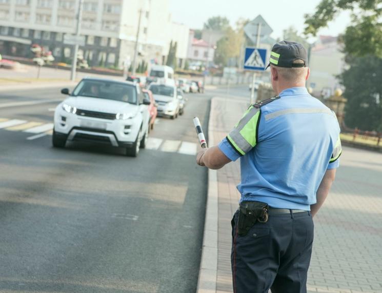 Какие права имеет инспектор ГИБДД, остановивший автомобиль