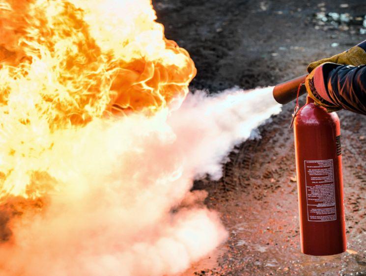 Каковы правила пользования огнетушителем