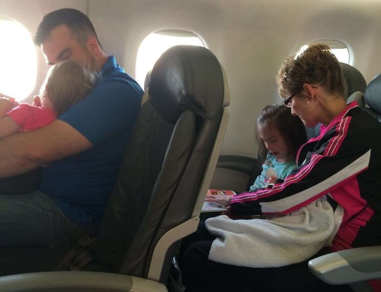 Нужна ли доверенность на ребенка путешествующего по России на самолете без родителей