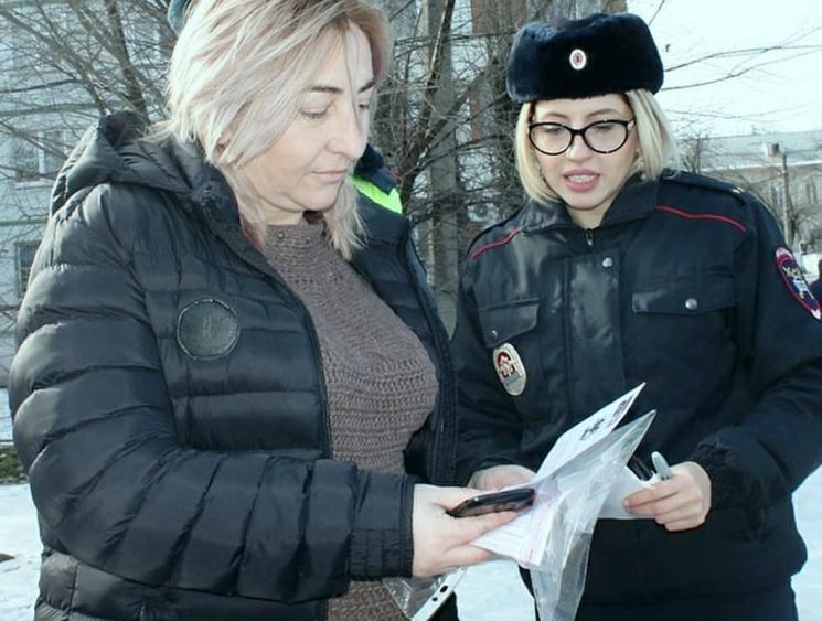 Сотрудник ГИБДД выдает участникам документы
